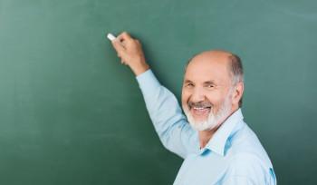 Por que professores não devem se aposentar mais cedo?