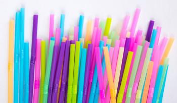 Por que proibir canudos de plástico não basta?